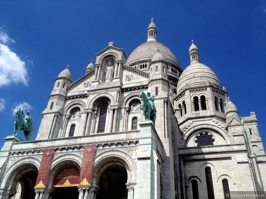 Над портиком по обеим сторонам скульптуры Жанны д'Арк и Людвига Святого