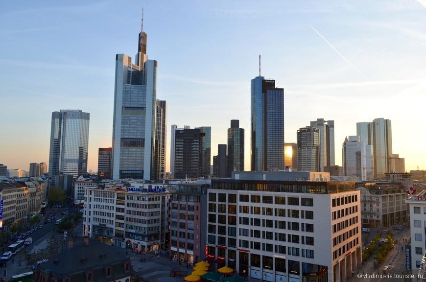 Поднявшись на верхний этаж Galeria Kaufhof на Hauptwache, можно обнаружить отличное кафе с самообслуживанием и потрясающий вид на небоскребы