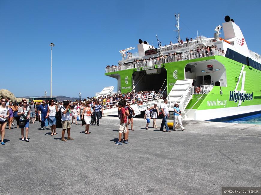 вот столько туристов выходят из парома! на маленький островок)))