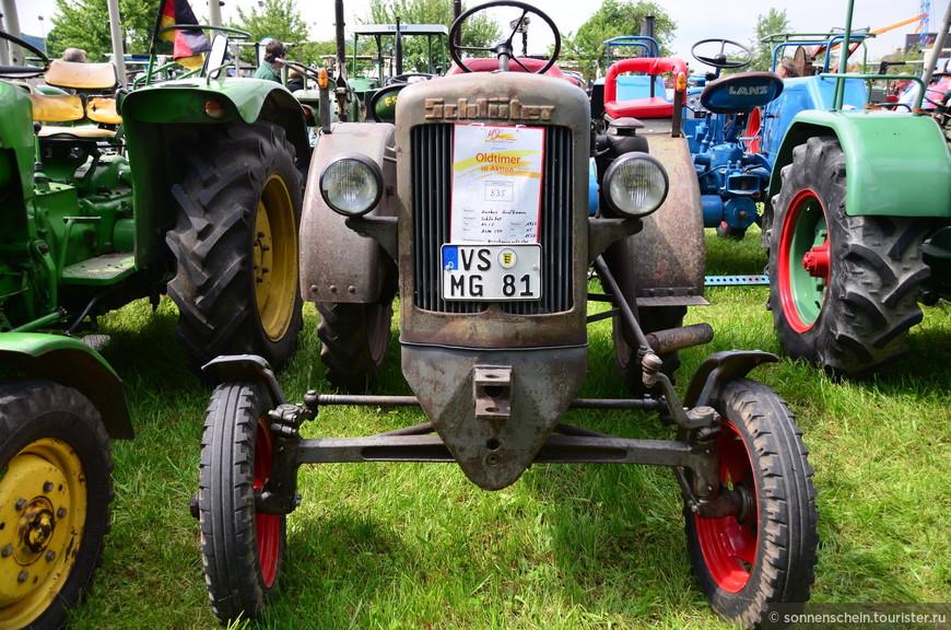 Фирма «Eicher» возникла в не самое лёгкое время при весьма туманных обстоятельствах. Известно только то, некий герр Eicher владел МТС в городке Форстен в Верхней Баварии. Двое сыновей экспериментировали в мастерской отца и переделали один ничейный «Opel» в трактор.