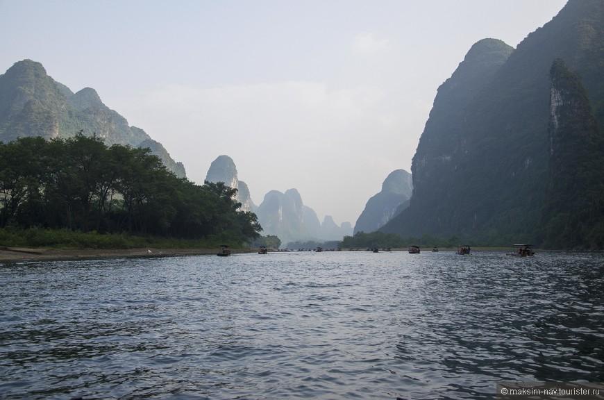 Мы посмотрели на эту реку в верхнем течении – в черте города Гуйлинь и ниже по течению – в районе Яншо. Сейчас предлагаю проплыть с нами на плоту по самому живописному участку, расположенному между этими городами.