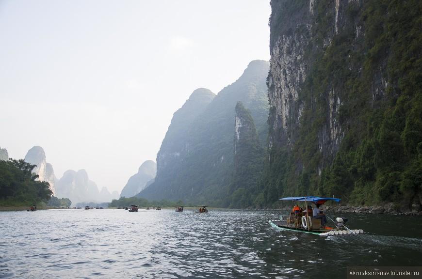 На этом фото можно оценить масштабность могущественных карстовых холмов, со всех сторон окружающих реку Ли. Именно с воды ощущается их величие, мощь и одновременно красота.