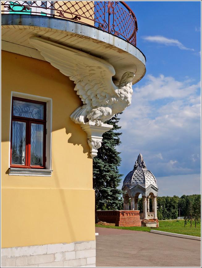 Очень интересное архитектурное решение - гигантский каменный орёл, служит декоративным элементом как бы поддерживая своими крыльями полукруглый балкон замка.