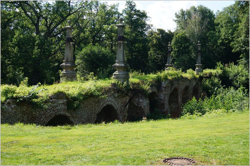 """К сожалению не все достопримечательности усадьбы дошли до наших дней или были отреставрированы.  """"Мост Любви"""" частично сохранился, но находится в полуразрушенном состоянии."""