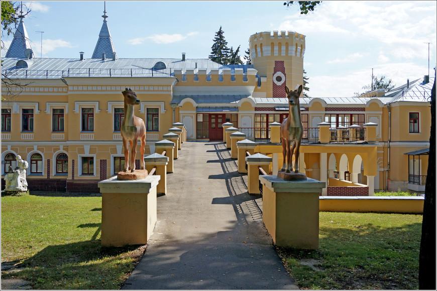 Скульптура усадьбы, к сожалению была утрачена. На её место пришла советская парковая скульптура - пионеры, олени, медвежата...