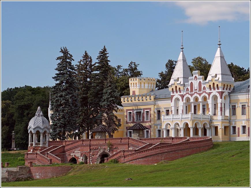 Каскад лестниц, ведущих к главному фасаду замка и удивительная беседка гармонично вписываются в ландшафт усадьбы.