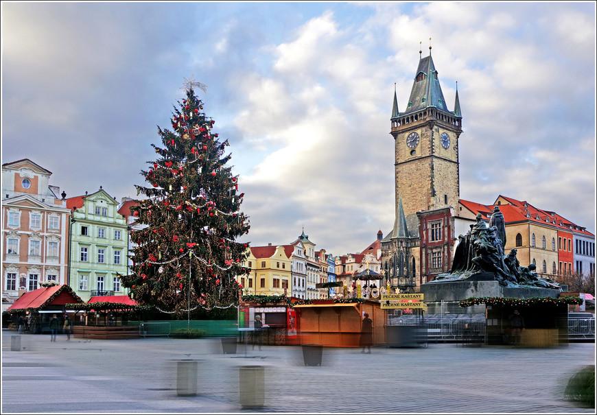Утро в Праге на Староместской площади. Главная ёлка города. Красотища!