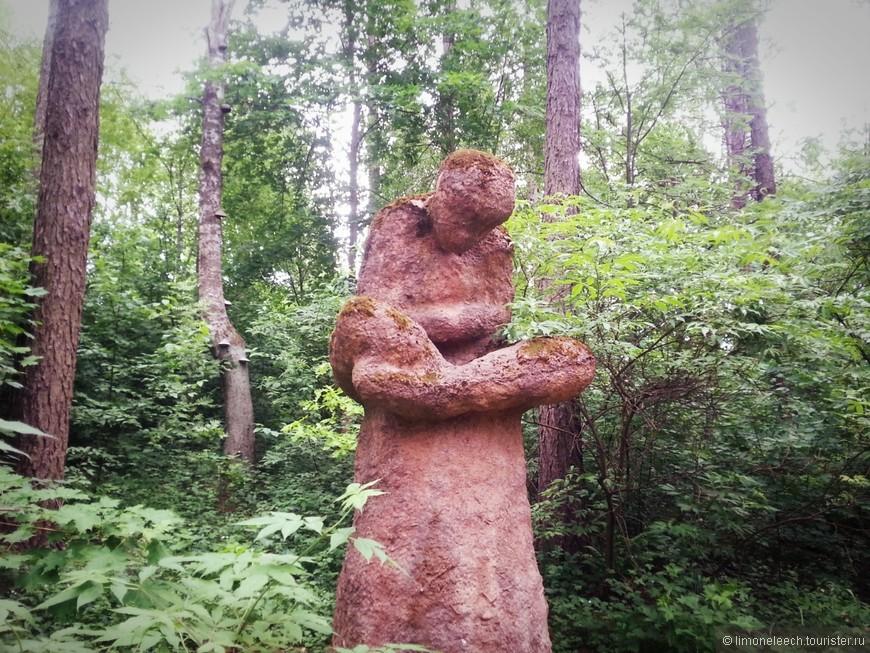 Скульптуры расположены вдоль дорожек. Пару раз пришлось зайти чуть вглубь, но это такая мелочь.