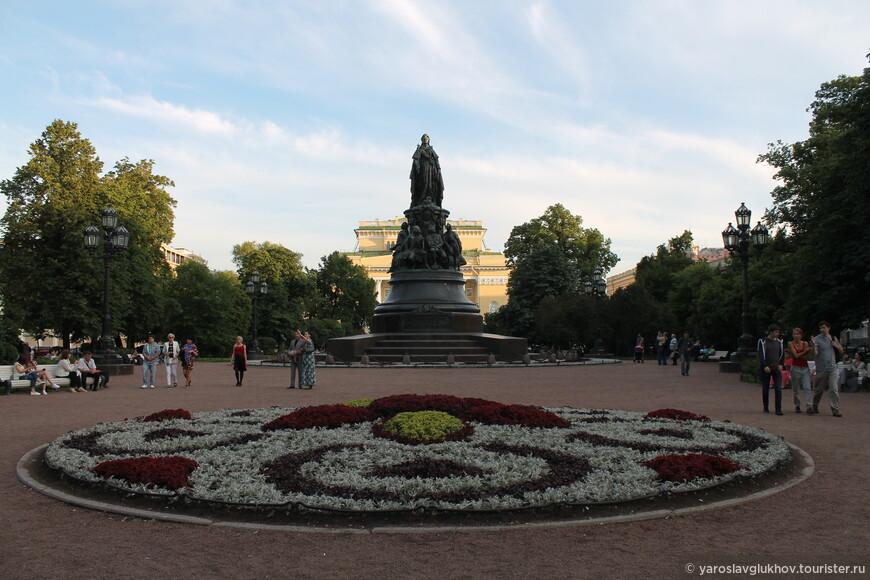 Площадь Островского с памятником Екатерине II