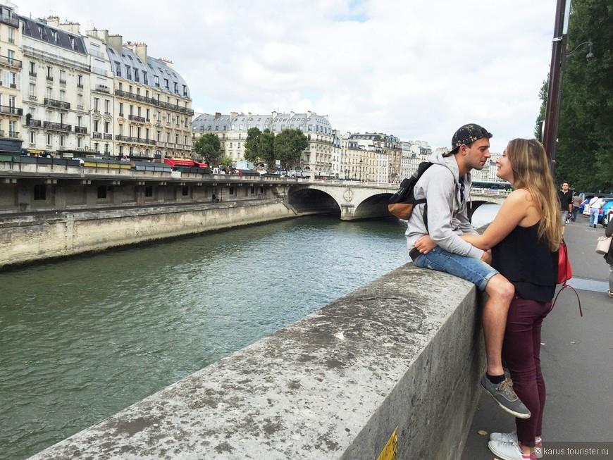 Как же без влюбленных пар,в романтическом городе?) На острове Сите