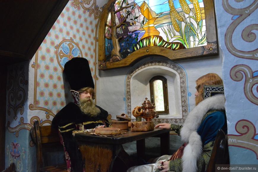 В фольклорно стилизованном кафе можно отведать монастырских явств: горячие супы, салаты, сбитень на травах. Все пробовали - очень вкусно.