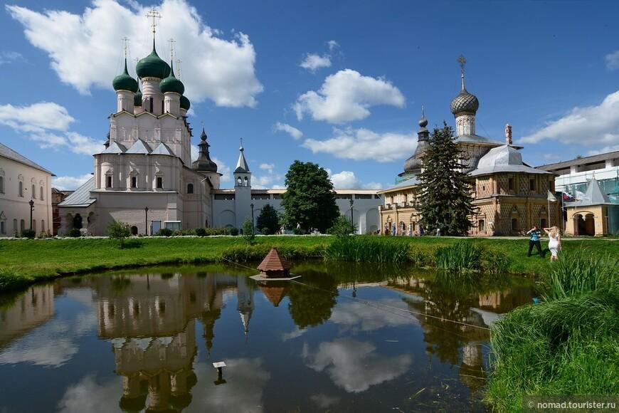 Кремль, Владычий двор, Церковь Иоанна Богослова и Церковь Одигитрии