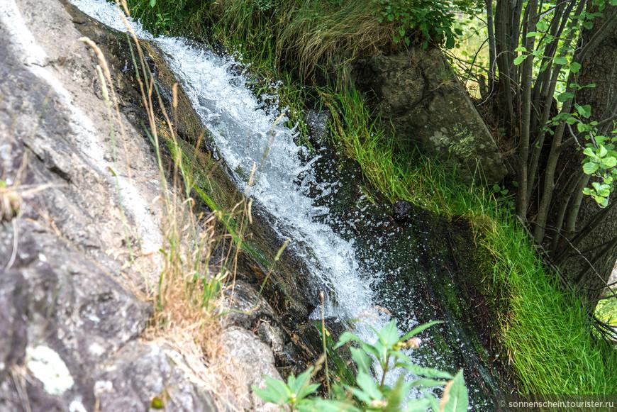 В зимние холода водопад замерзает и образует причудливые образы небольших сосулек.