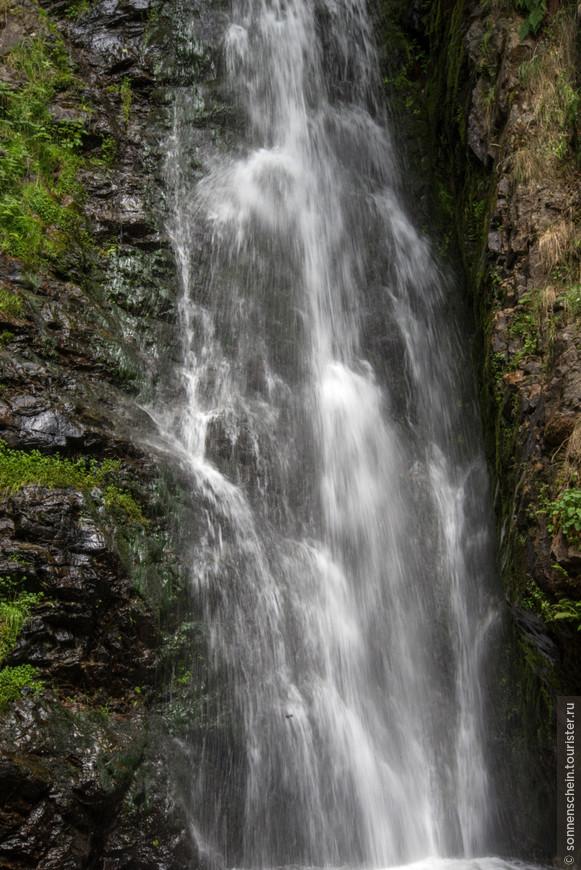 Каждый год почти миллион туристов посещают водопад.