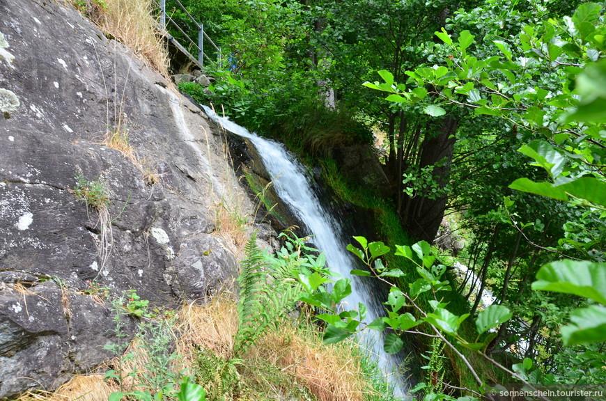 Вода падает множеством каскадов. через которые перекинуты многочисленные мостики.
