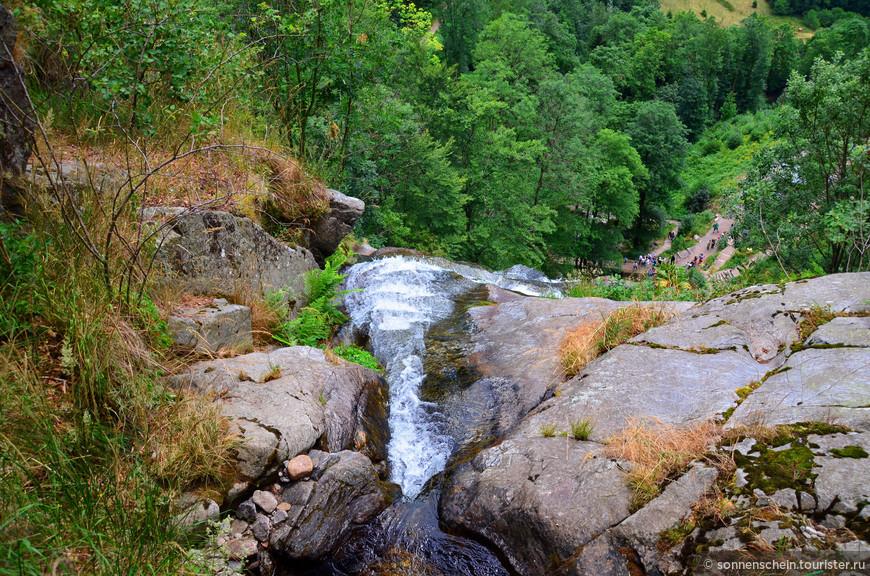 У истока  водопад похож на маленький ручеек,но спускаясь вниз, становится красивым и шумным .