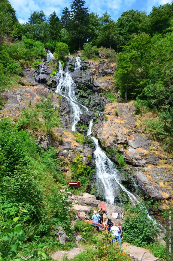 Вдоль всего водопада можно прогуляться по аккуратно проложенным деревянным дорожкам и мостикам.