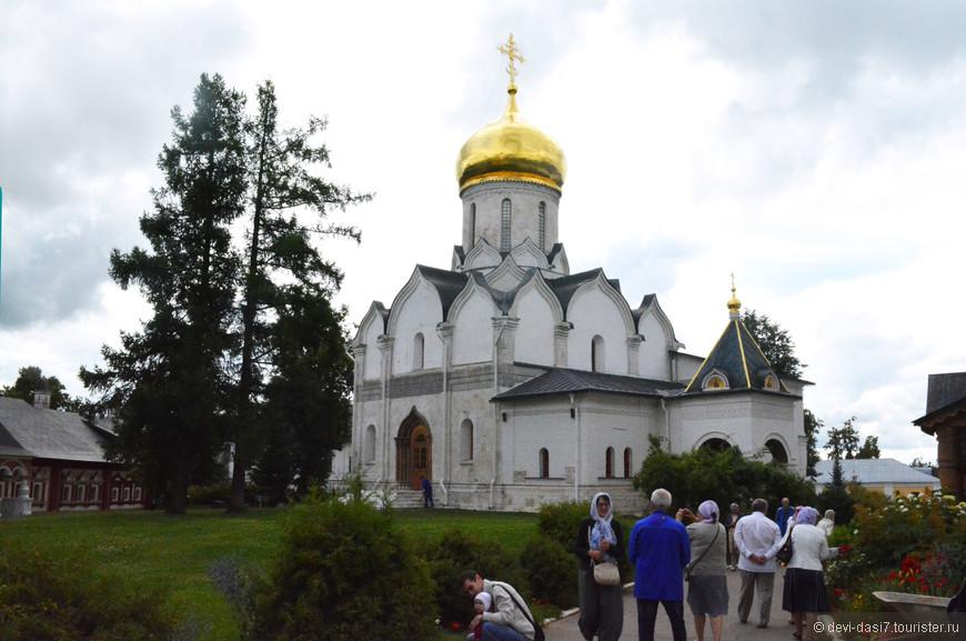 Это главная достопримечательность Звенигорода и даже в дождливый день здесь очень много посетителей