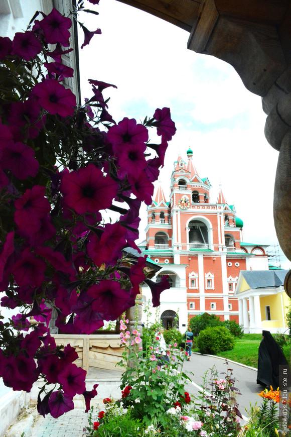 а цветочное оформление территории монастыря просто эстетически-визуальный восторг!