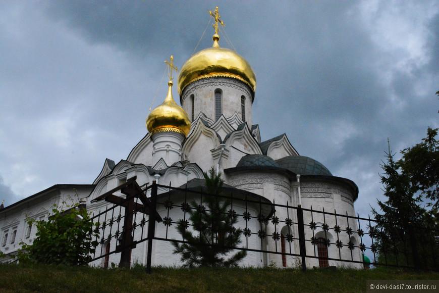 Собор Рождества Богородицы выстроен из белого камня-известняка в традициях владимиро-суздальской архитектуры. Белый камень для строительства храма добывался в верховьях Москвы-реки.
