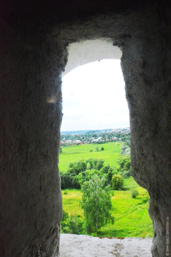 Наслаждаясь трапезой можно любоваться пейзажем через окно-бойницу