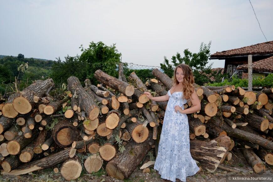 Отопление в селах печное, поэтому повсюду дрова и фуры с дровами.