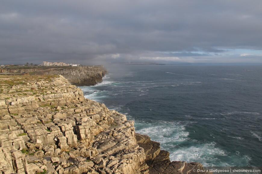 Cabo Carvoeiro - это мыс, вторая самая западная точка Европы (после мыса Рока), кто путешествует по Португалии, обязательно побывайте здесь! На самом мысе  есть отличный ресторан категории Мишлен с шикарным панорамным видом, могу помочь с резервированием и тогда стоимость обеда или ужина будет для вас приятным сюрпризом! :)  Кто задержится на один-два дня попробуйте сёрфинг, это побережье одно из самых известных в мире. Ежегодно здесь проводится один из этапов чемпионата мира по сёрфингу.  В 40 мин езды на машине находится известнейший городок Назаре, известный своей самой большой в мире 33-метровой волной, которую пару лет назад покорил гавайец Гарретт МакНамара.