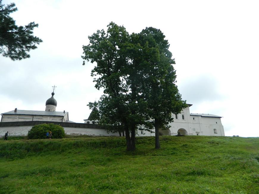 Стоит Ферапонтов монастырь на горе