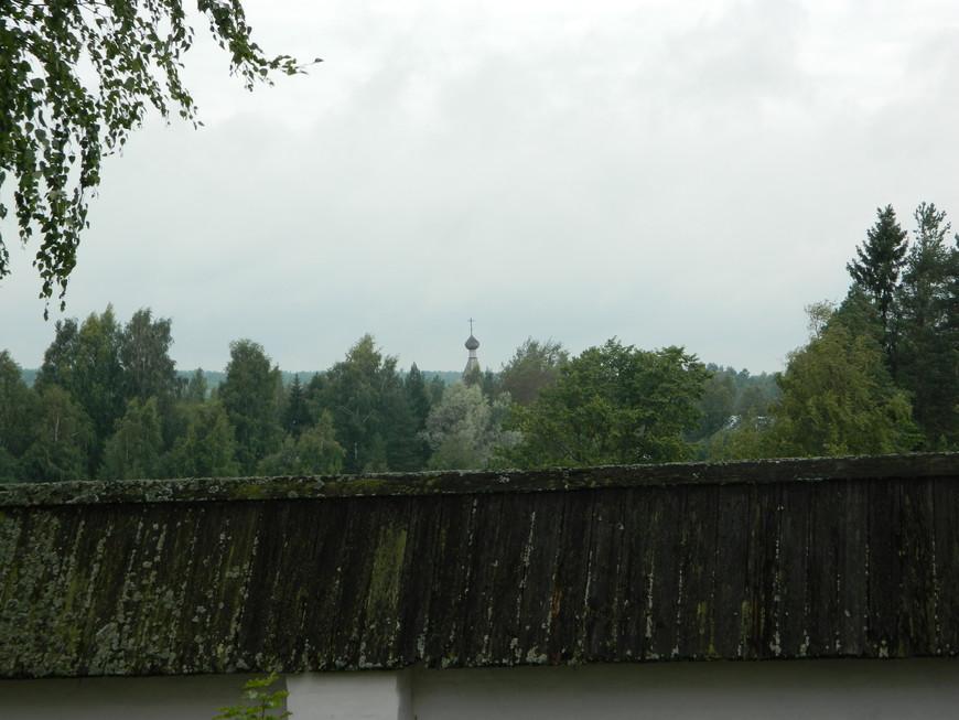 Виден купол деревянного храма