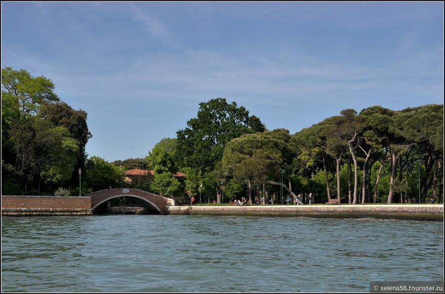 На остров святой Елены  можно пройти  пешком с набережной  Скьявони. Этот остров был насыпан в XIX веке. Вначале  из воды виднелся дальний участок острова.