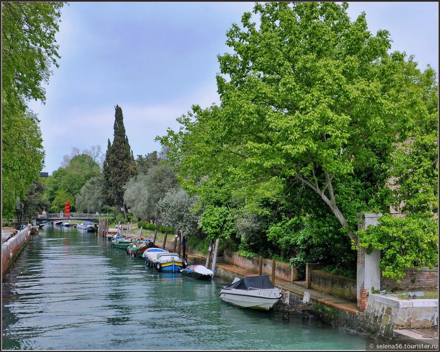 На острове свои  живописные каналы.