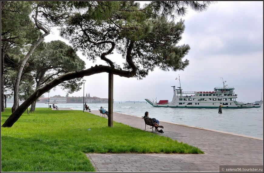 Находясь в парке острова ,можно  любоваться  прекрасными видами лагуны и других островов.