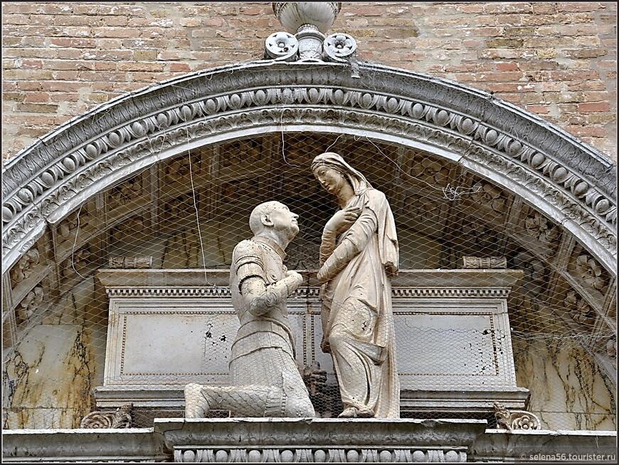 На портале   1467 года , работы Антонио Риццо, скульптуры  коленопреклоненного  командующего венецианского  флота   Витторио  Капеллдо  перед святой Еленой.