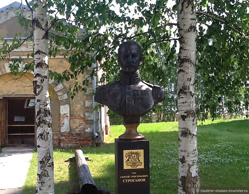 На прихрамовой территории установлен бюст графу Серге́ю Григо́рьевичу Стро́ганову (1794 -  1882) — русскому государственному деятелю, археологу, меценату и коллекционеру.