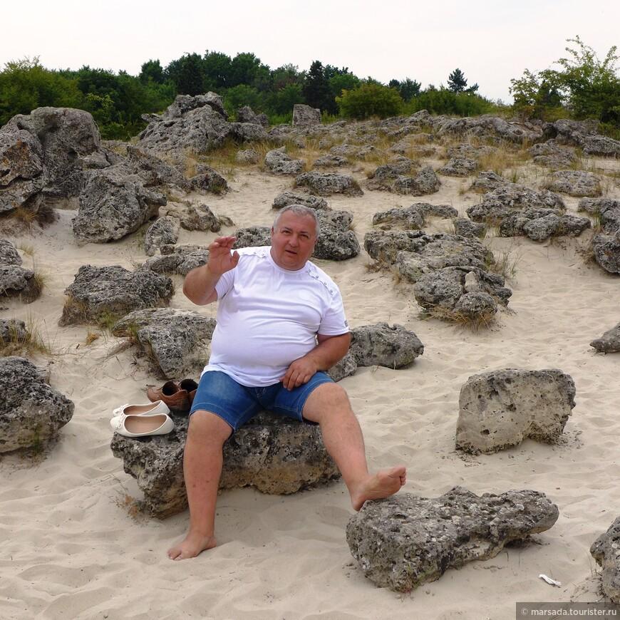 """Кстати, ходить там можно только босиком - песок очень мелкий и глубокий,Ю в обувь набивается за 2 секунды. Но ходите осторожно, метсами там есть жутко колючая трава, в Болгарии ее называют """"бабьи зубы"""". Вот гарантированно название мужик давал..."""