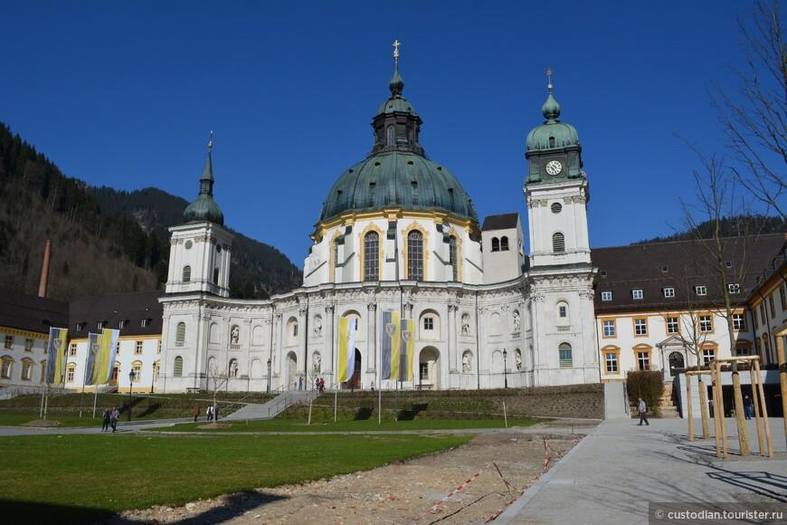 Церковь на территории монастыря, построена в период с 1330 по 1370 гг. Церковь и монастырь сильно пострадали от пожара в 1744 году, восстановлены в начале XIX века.