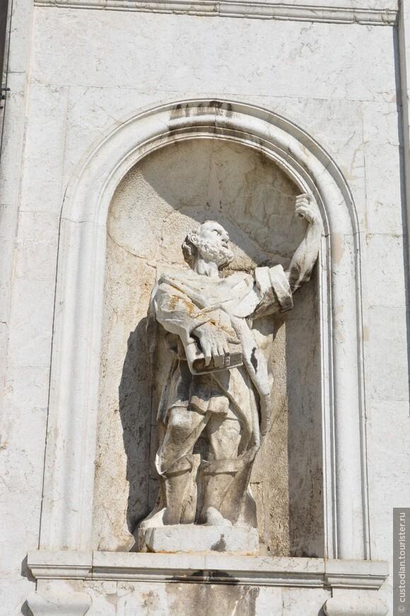 Скульптуры по фасаду Церкви