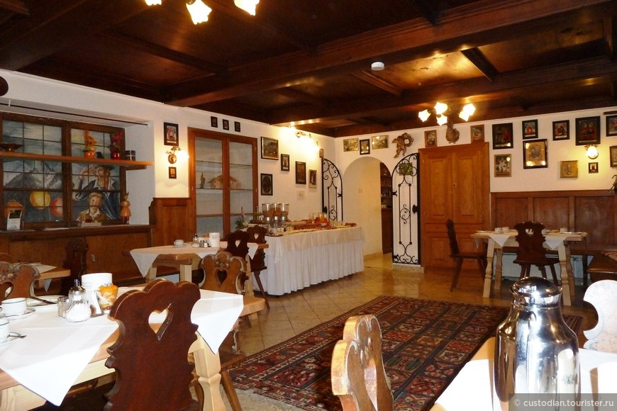 Обеденный зал. Собственно весь отель оформлен в подобном деревенском стиле.