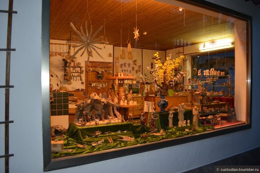 Обераммергау известен и своими резчиками по дереву. Здесь очень много магазинов, где продаются восхитительные деревянные скульптуры.