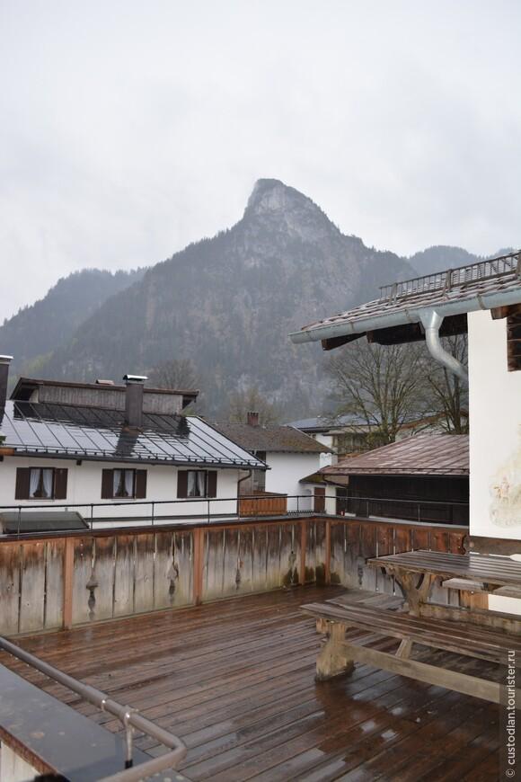 Задний двор. Терраса отеля с видом на горы и крыши соседних домов )