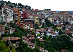 Стоит он на трех холмах в северных предгорьях Балкан.
