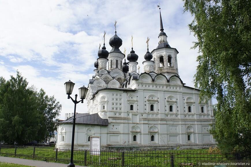 Каменная Вознесенская церковь была построена в 1648 году. Это самая ранняя из сохранившихся в Великом Устюге каменных построек.
