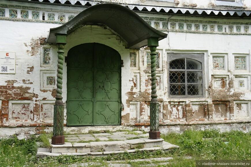 Крыльцо Спасо - Преображенской  церкви с деревянными витыми балясинами..