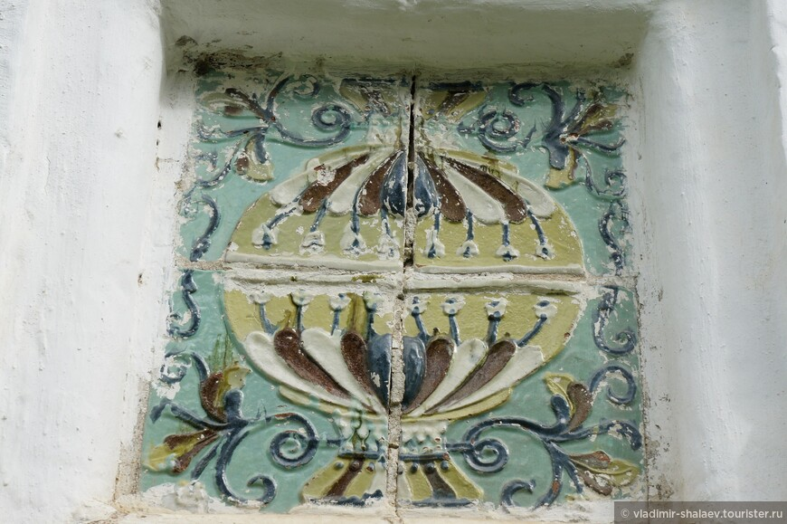 Украшением храма служит обилие изразцов местного производства.