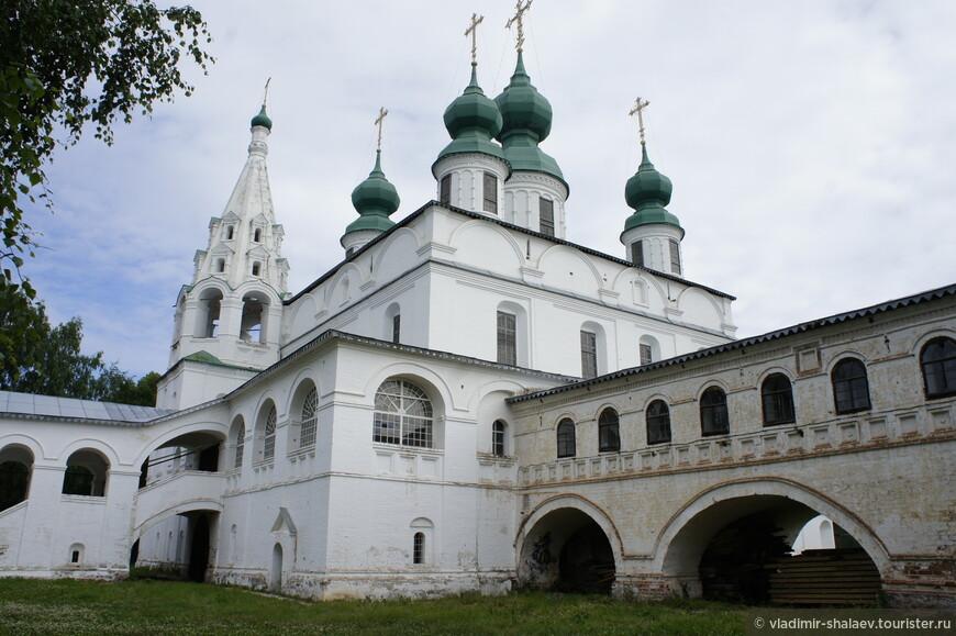 Основные каменные здания этого монастыря были построены во второй половине XVII века. В 1653 году был освящен величественный пятиглавый собор Михаила Архангела, а также связанные с ним переходами зимняя Введенская церковь и трапезная.