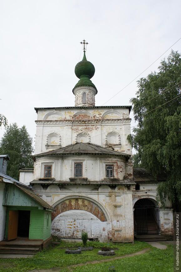 Я обошёл Владимирскую надвратную церковь с другой стороны..