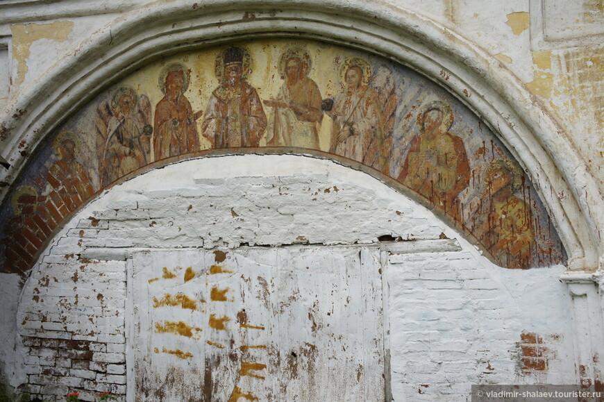 Здесь увидел ещё одну едва сохранившуюся фреску.