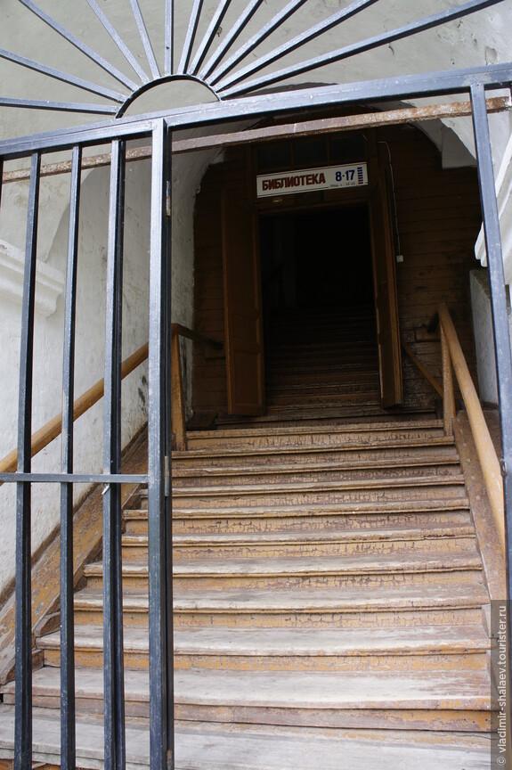 В правом углу церкви лестница, ведущая в библиотеку.