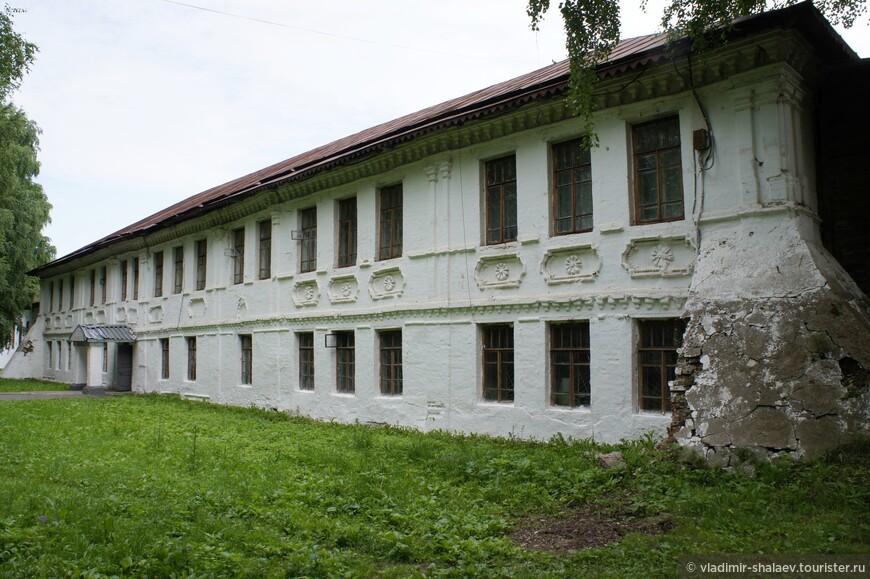 Братские кельи (1736—1737). Сейчас здесь находится учебный корпус автотранспортного техникума.