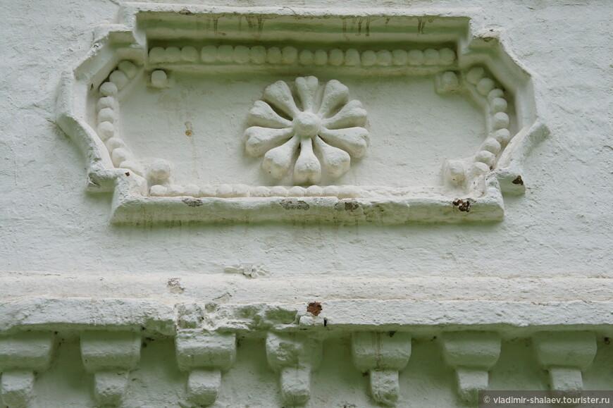 Декор под окнами второго этажа.